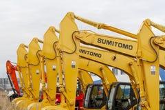 Los excavadores de Sumitomo del amarillo se alinean en una sola línea imágenes de archivo libres de regalías