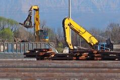 Los excavadores grandes con atacan mientras que ellos pedazo material ferroso industrial que ase imágenes de archivo libres de regalías