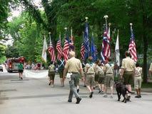 Los exploradores de muchacho marchan en el cuarto del desfile de julio Imagen de archivo libre de regalías