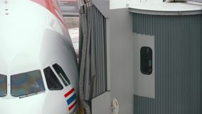 Los extremos de carreteo del aeroplano, conectan el jetbridge almacen de metraje de vídeo