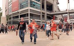 Los fanáticos del fútbol de Cleveland Browns salen del estadio de FirstEnergy después de un triunfo fotografía de archivo