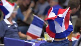 Los fanáticos del fútbol de Francia que se sienta en zona de la fan que anticipan el partido de fútbol comienzan almacen de metraje de vídeo