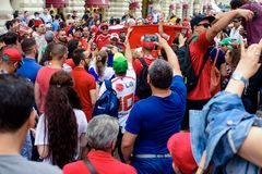 Los fanáticos del fútbol en la calle principal avivan a Nikolskaya que espera el partido foto de archivo