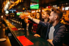 Los fanáticos del fútbol felices aumentaron sus vidrios con la cerveza Foto de archivo