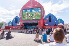 Los fanáticos del fútbol miran la retransmisión en directo del partido en zona de la fan Imagenes de archivo