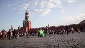 Los fanáticos del fútbol del mundial del fútbol con las banderas están caminando abajo de la Plaza Roja almacen de metraje de vídeo