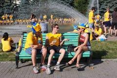 Los fanáticos del fútbol suecos hablan con una muchacha ucraniana Foto de archivo libre de regalías