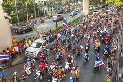 Los fanáticos del fútbol tailandeses celebran después de ganar AFF Suzuki Cup 2014 Imagenes de archivo