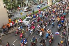 Los fanáticos del fútbol tailandeses celebran después de ganar AFF Suzuki Cup 2014 Fotografía de archivo