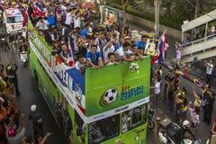 Los fanáticos del fútbol tailandeses celebran después de ganar AFF Suzuki Cup 2014 Fotos de archivo