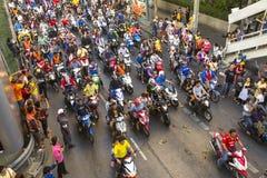 Los fanáticos del fútbol tailandeses celebran después de ganar AFF Suzuki Cup 2014 Imágenes de archivo libres de regalías