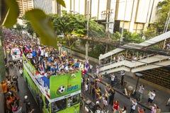 Los fanáticos del fútbol tailandeses celebran después de ganar AFF Suzuki Cup 2014 Imagen de archivo