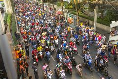Los fanáticos del fútbol tailandeses celebran después de ganar AFF Suzuki Cup 2014 Imagen de archivo libre de regalías
