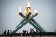 Los fans animan en la llama olímpica en Vancouver Imagen de archivo