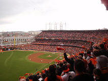 Los fans de Giants en el estadio de béisbol animan como ellos los trapos que agitan como Fotos de archivo libres de regalías