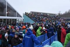 Los fans de la raza animan durante la raza del eslalom de las mujeres durante Audi FIS Ski World Cup fotografía de archivo