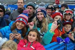 Los fans de la raza animan durante la raza del eslalom de las mujeres durante Audi FIS Ski World Cup imagenes de archivo