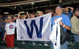 Los fans de los Chicago Cubs celebran después de ganar la serie 2016 de mundo Imagen de archivo