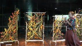 Los fans del diseño de instalaciones disfrutan de arreglos florales almacen de metraje de vídeo