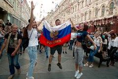 Los fans del mundial 2018 de la FIFA celebran la victoria del equipo ruso Imágenes de archivo libres de regalías
