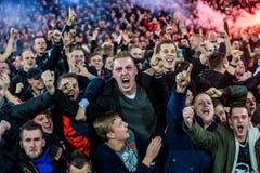 Los fans entusiastas van de fiesta la victoria de su club del fútbol Foto de archivo