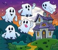 Los fantasmas acercan al tema 2 de la casa encantada Foto de archivo libre de regalías