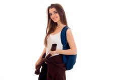 Los felices soportes de la muchacha de lado y guardan la mochila en su hombro Foto de archivo