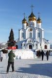 Los feligreses caminan a la catedral ortodoxa de la trinidad santa diócesis de Petravlosk, Kamchatka de la iglesia ortodoxa rusa Imagenes de archivo