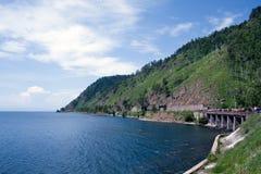 Los ferrocarriles acercan al lago Baikal Fotos de archivo
