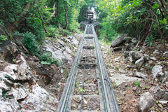Los ferrocarriles en la montaña fotos de archivo