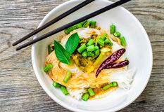 Los fideos tailandeses del arroz sirvieron con el curry, espacio de la copia Fotografía de archivo libre de regalías