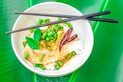 Los fideos tailandeses del arroz sirvieron con el curry, espacio de la copia Imagen de archivo