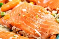 Los filetes de color salmón con adornan Imagen de archivo