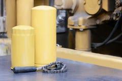 Los filtros de aceite para la purificación fina de los aceites de motor son ampliamente utilizados en el mantenimiento estacional Imagen de archivo libre de regalías
