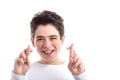 Los fingeres cruzados como gesto afortunado por los jóvenes latinos mooth-pelaron a BO Foto de archivo