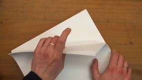 Los fingeres cuentan las hojas de papel almacen de video