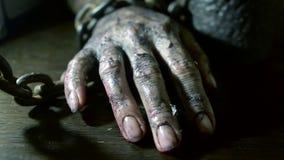 Los fingeres de las mujeres con las uñas sucias y la piel quemada mano femenina shackled almacen de metraje de vídeo