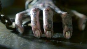 Los fingeres de las mujeres con las uñas sucias y la piel quemada mano femenina shackled almacen de video