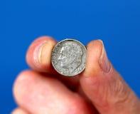 Los fingeres detienen a viejo Roosevelt Dime Coin fotos de archivo