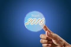 Los fingeres presionan el botón que elige el Año Nuevo 2016 Imagen de archivo