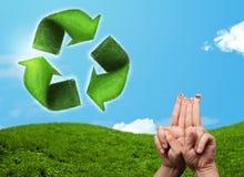 Los fingeres sonrientes felices que miran la hoja verde reciclan la muestra Imagenes de archivo