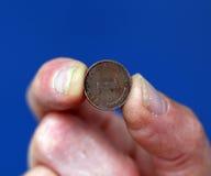 Los fingeres sostienen la moneda vieja de Alemania Fotografía de archivo