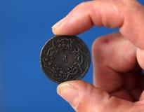 Los fingeres sostienen la moneda vieja del imperio otomano Foto de archivo
