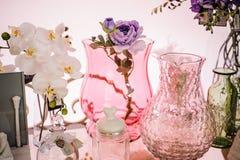 Los floreros rosados del vidrio esmerilado se dirigen la decoración fotografía de archivo libre de regalías
