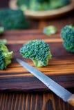 Los floretes frescos del bróculi que permanecen en la cocina suben como un árbol Imagenes de archivo