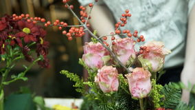 Los floristas hacen el arreglo floral en tienda del interior de la tabla metrajes