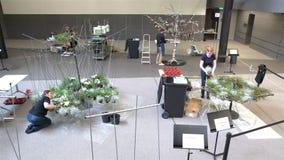 Los floristas profesionales toman medidas florales durante el festival florístico almacen de metraje de vídeo