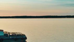 Los flotadores de la gabarra en el río en la puesta del sol Lapso de tiempo metrajes