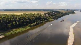 Los flotadores del barco de motor rio abajo Silueta del hombre de negocios Cowering 4K metrajes