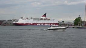 Los flotadores del barco en el fondo de la travesía balsean el ` Gabriela Día melancólico de junio del ` en el puerto de Helsinki metrajes
